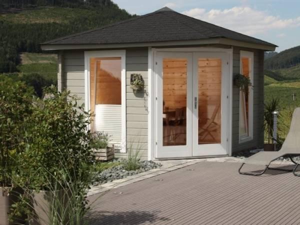 Wolff Finnhaus 5-Eckhaus Katrin 58-A mit schwarzen Dachschindeln und Dachhaube