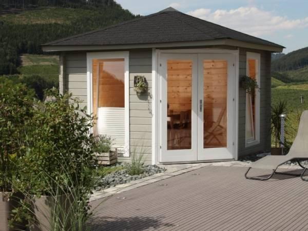 Wolff Finnhaus 5-Eckhaus Katrin 58-A mit grünen Dachschindeln und Dachhaube